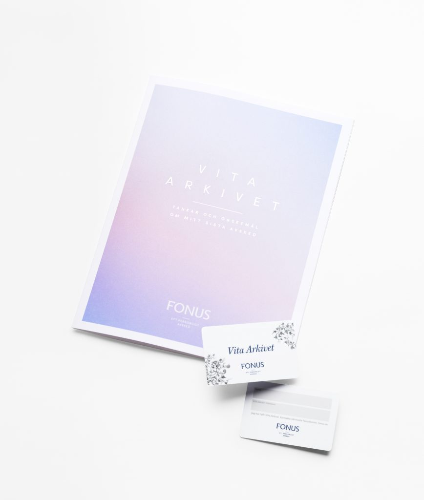 Vita Arkivet i pappersform med ett plastkort man kan sätta i plånboken för att visa att det finns ett ifyllt arkiv.